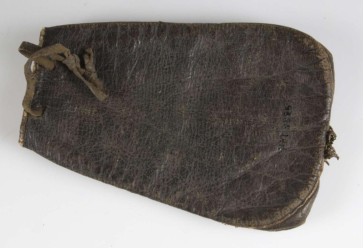 Tobakspung av svart och brunt läder. Frans nertill.