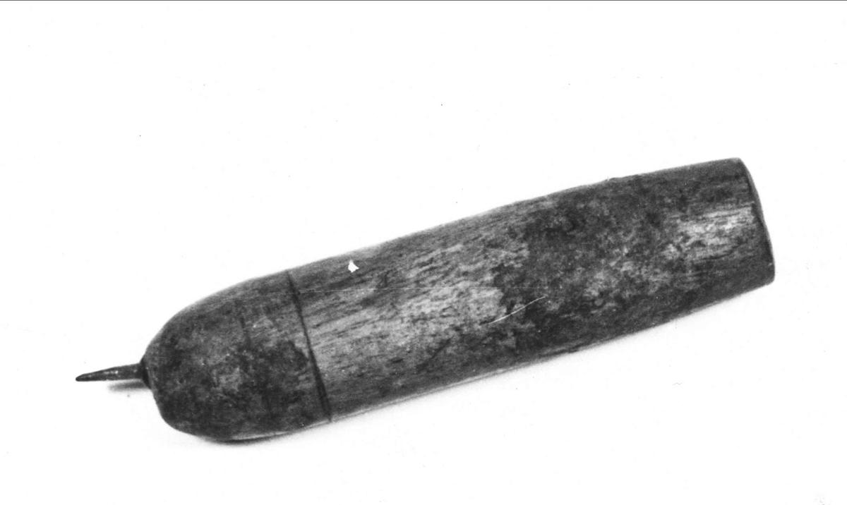 Räckjärn av trä och järn.