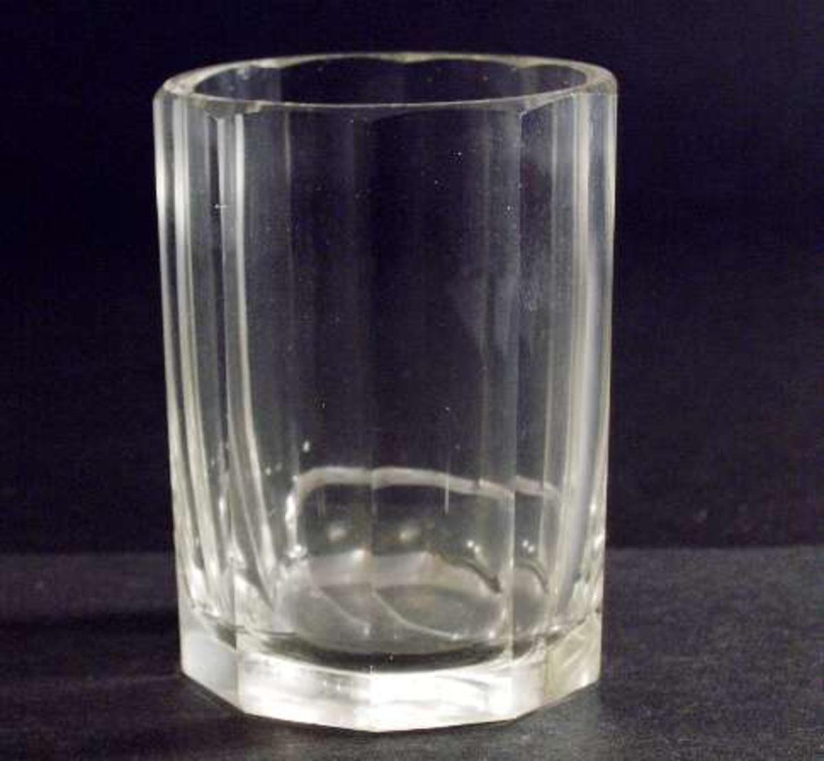 Två dricksglas av tjockt ofärgat fasettslipat glas, så kallad mormorsslipning. Glasen raka, 10-kantiga.