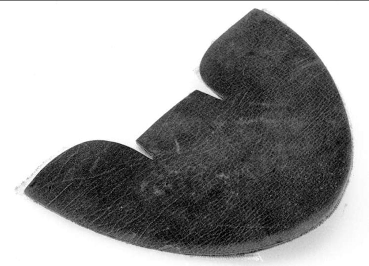 Utskuren bit till ovanläder till sko eller känga. Tåbit. Brunt läder. Naturfärgat tygfoder påklistrat.