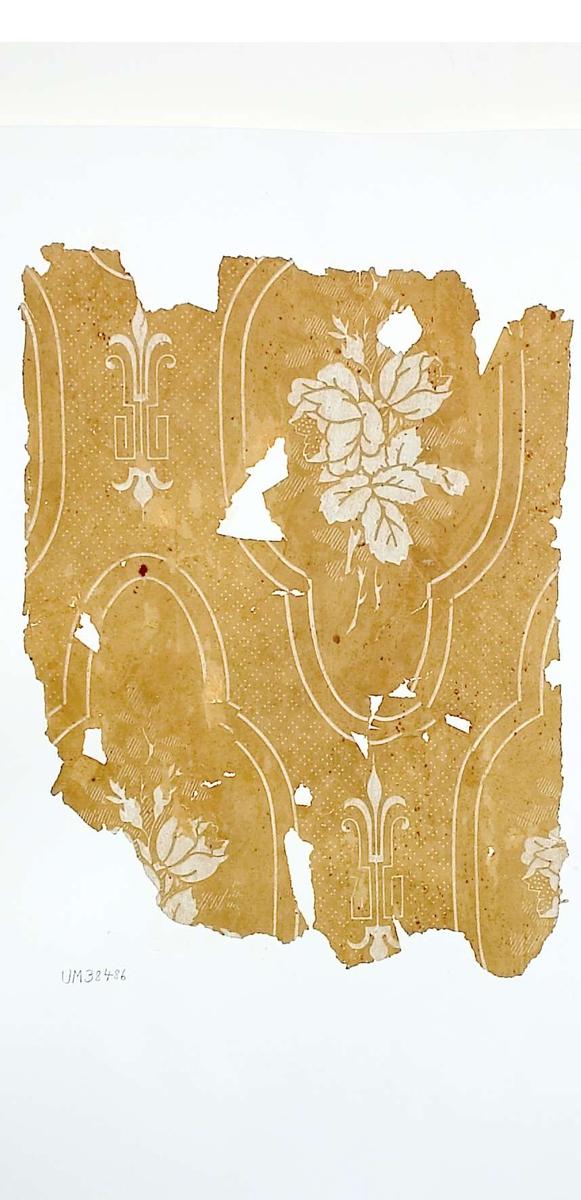 Tapetprov med tryckt mönster, gulbrunt och vitt. Kartongen är numrerad på baksidan: 159 16.