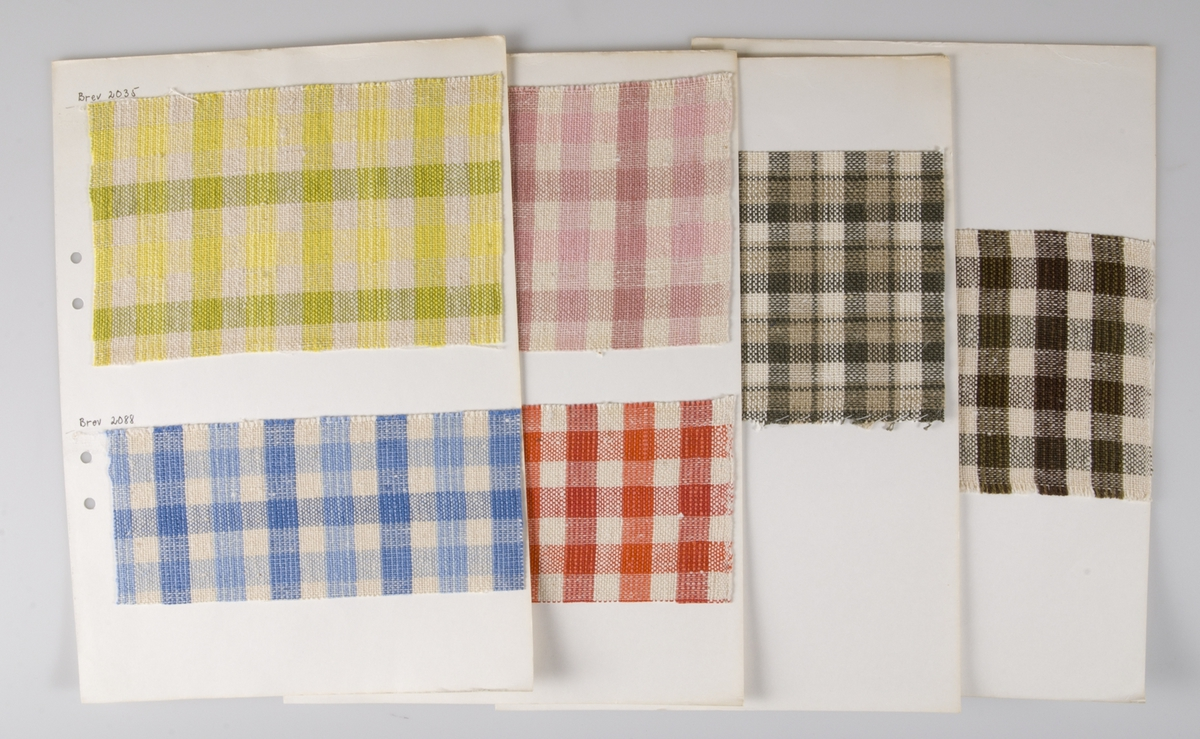 """36 papper/kartongblad med vävprover av gardintyger. Gardintygerna är vävda av lin, cottolin och bomull. Proverna är fastsydda, tejpade eller klistrade på papperena/kartongbladen. Vid en del prover står angivet """"Brev"""" och ett nummer och vid en del prover finns information om vävning och material."""