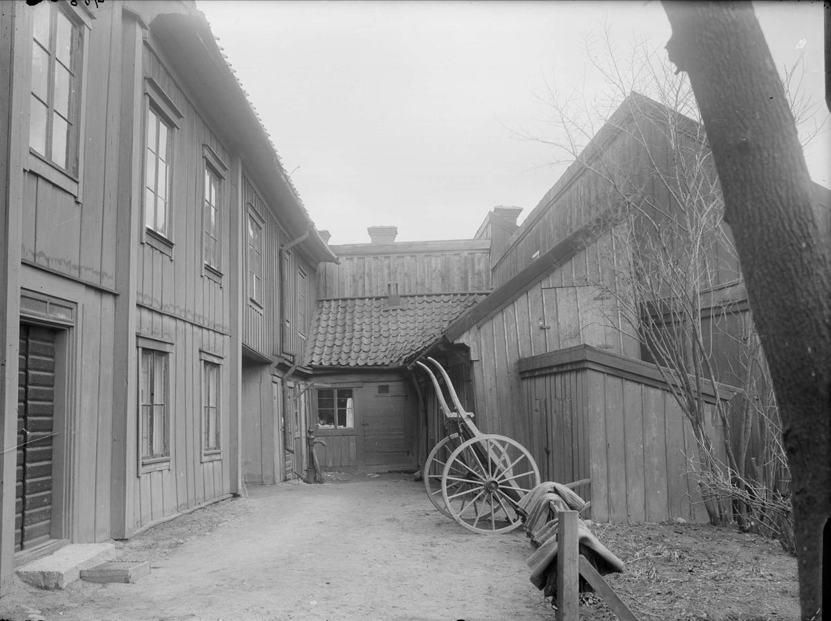 Gårdsinteriör, Dragarbrunnsgatan 11, kvarteret Hjorten, Uppsala 1908