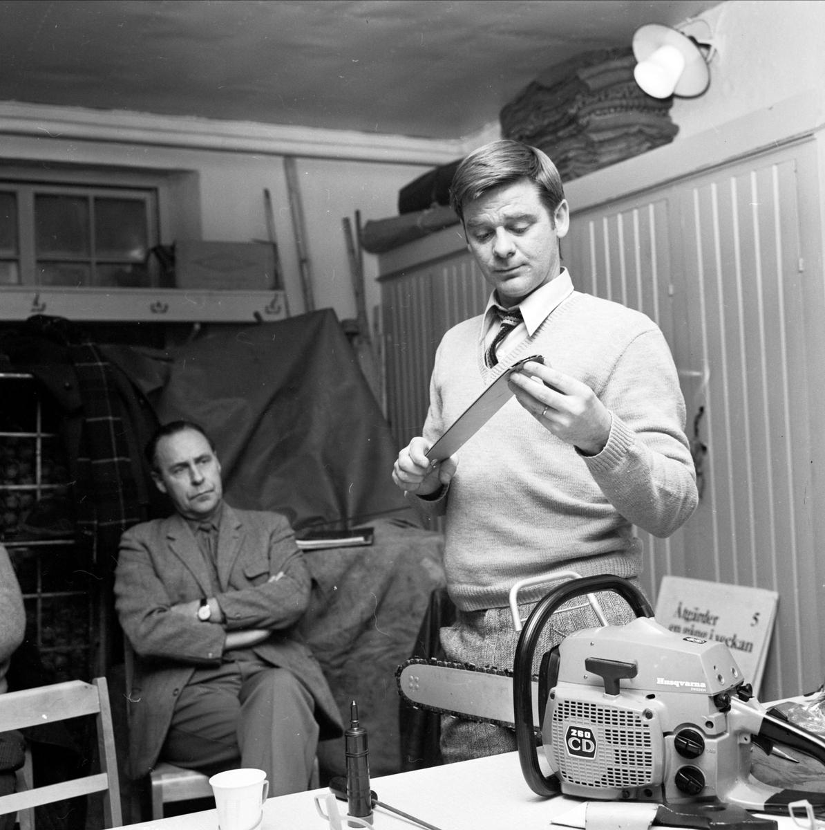 """""""Kornäs-arbetare i norra Uppland fick motorsågar"""" - undervisning om motorsågens skötsel, Strömsbergs bruk, Tolfta socken, Uppland december 1972"""