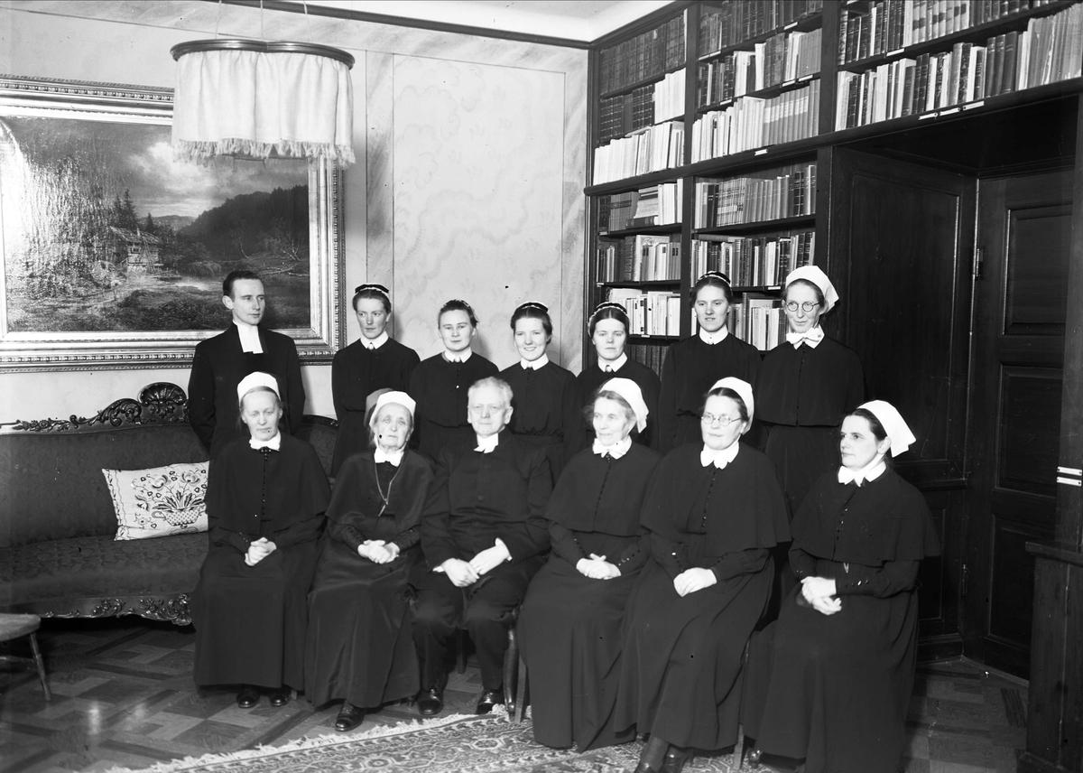 Grupporträtt - församlingssystrar och präster, Samariterhemmet, Uppsala 1940