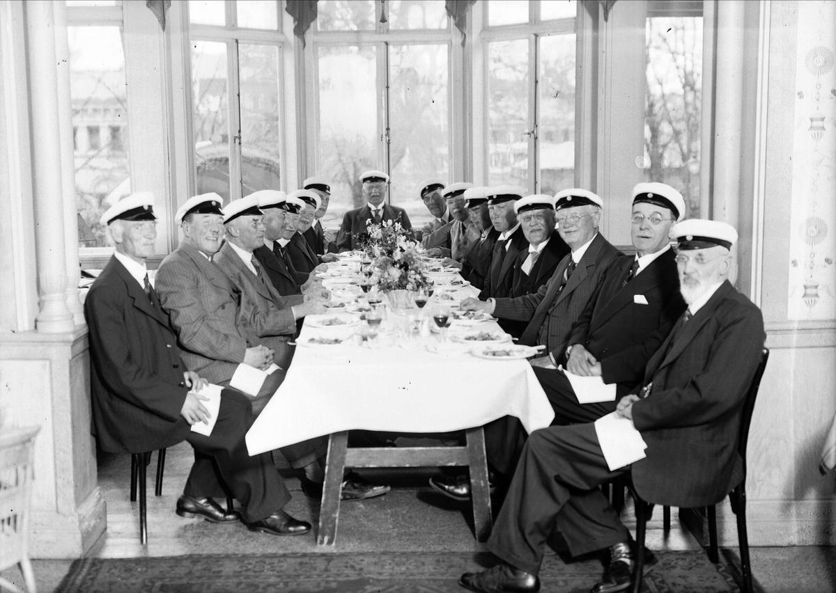 Grupporträtt - 50-årsjubilerande studenter på restaurang Flustret, Uppsala 1942
