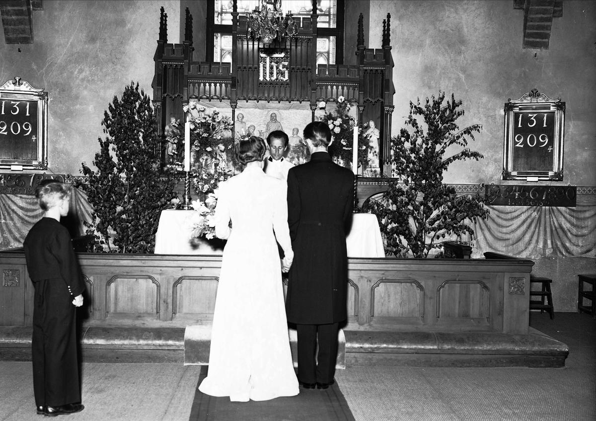 eff5bfb1c7ad Bröllop - brudpar vid altare, Uppland 1941 - Upplandsmuseet ...