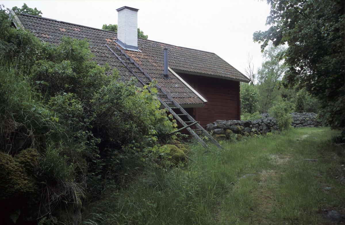 Ekonomibyggnad och stenmur, Hållen, Hållnäs socken, Uppland 2000