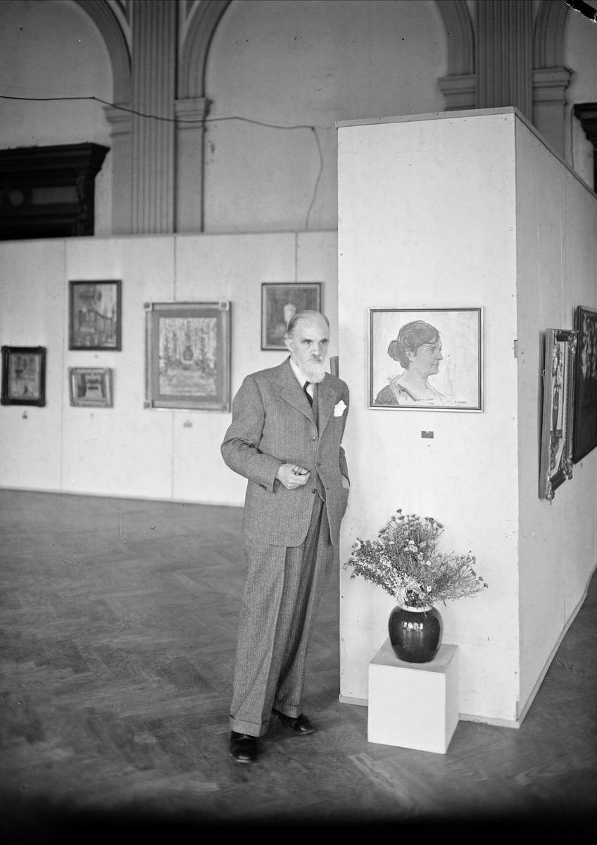 Konstnären John Österlund på konstutställning, Östgöta studentnation,  Uppsala 1943