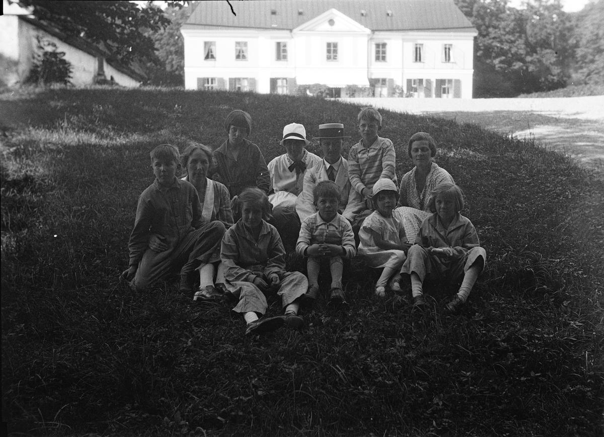 Grupporträtt framför huvudbyggnaden vid Sätuna gård, Björklinge socken, Uppland 1930