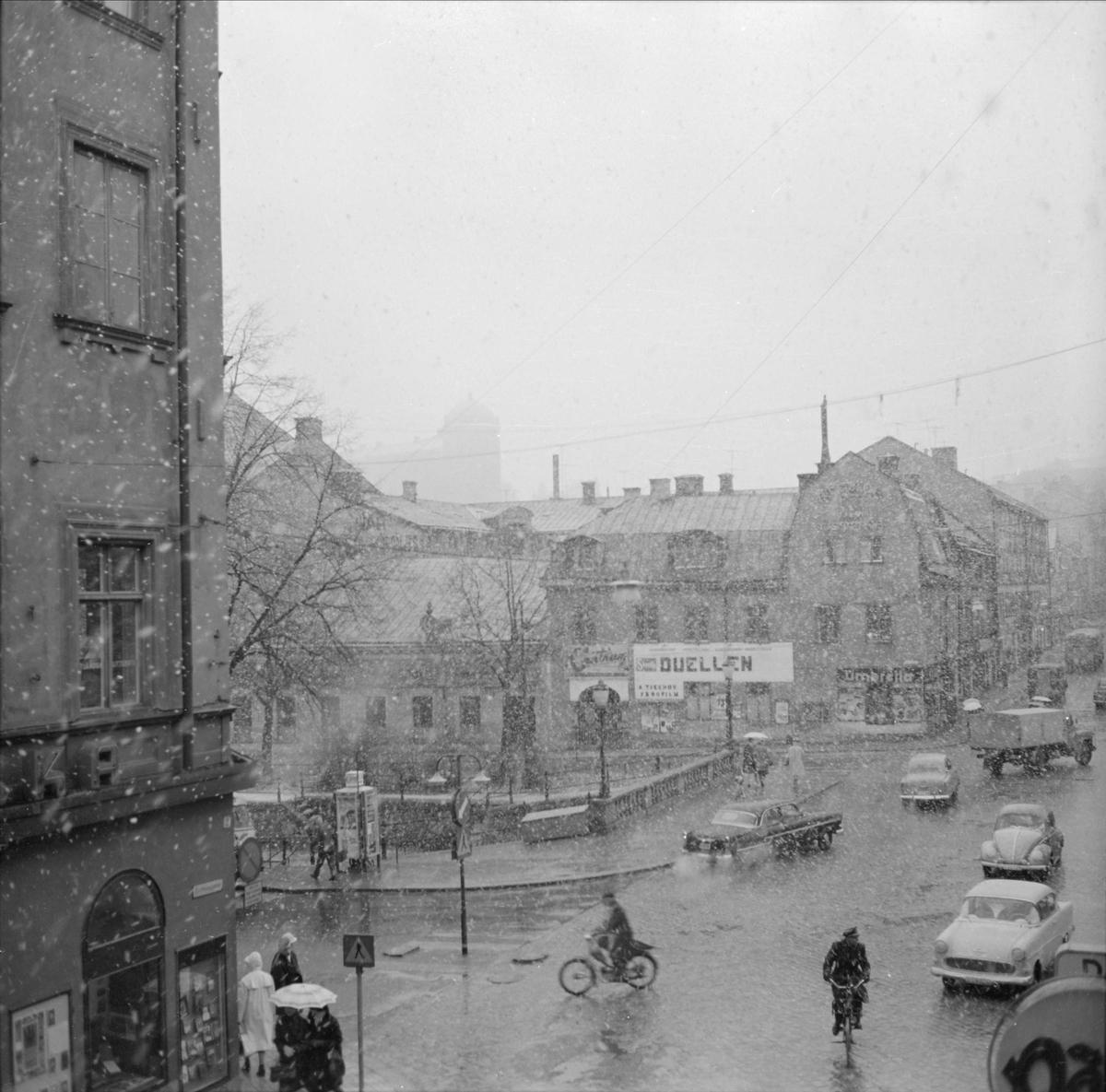Gatuliv på Drottninggatan vid Nybron, Dragarbrunn, Uppsala april 1962