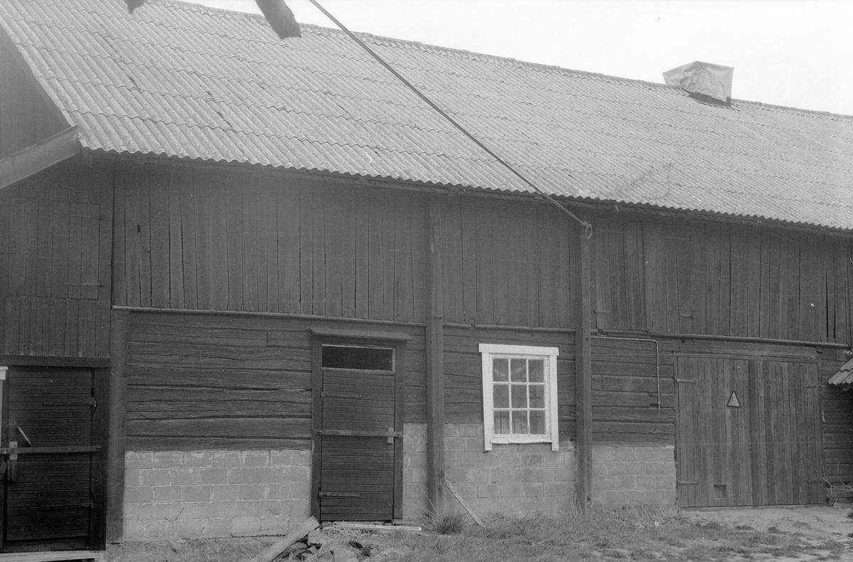 Bilverkstad och hönshus, Kilsgärdet, Lena socken, Uppland 1977