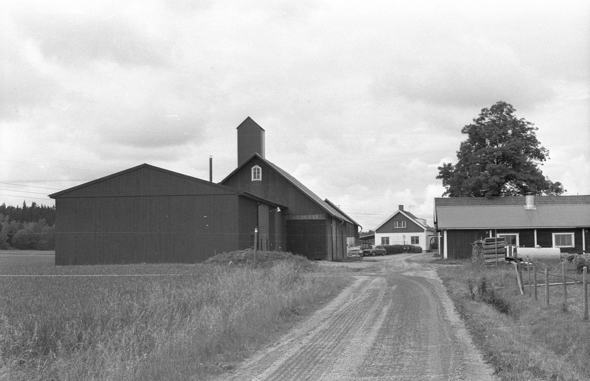 Maskinhall och ladugård, Lilla Söderby, Danmarks socken, Uppland 1977