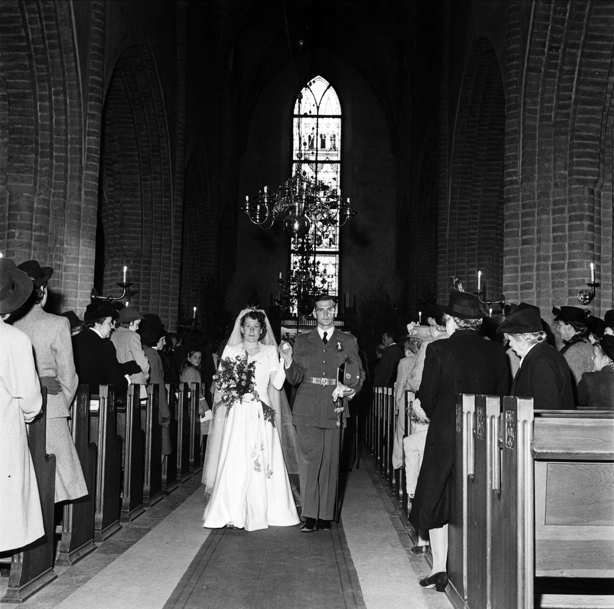 34f55a1fb68c Bröllop - brudparet Lundén i Helga Trefaldighets kyrka, Uppsala 1948 ...