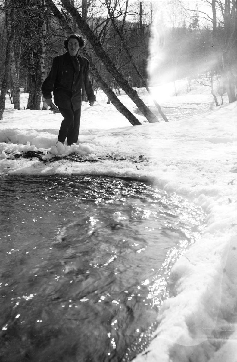 Kvinna vid vattendrag, Åre, Jämtland 1949