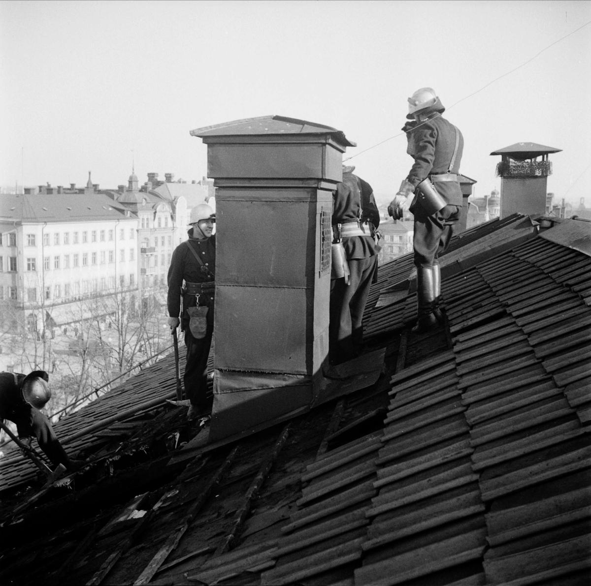 """""""Gnistor från skorsten antände under takpannorna på Gillet"""", Fyristorg, Uppsala 1948"""