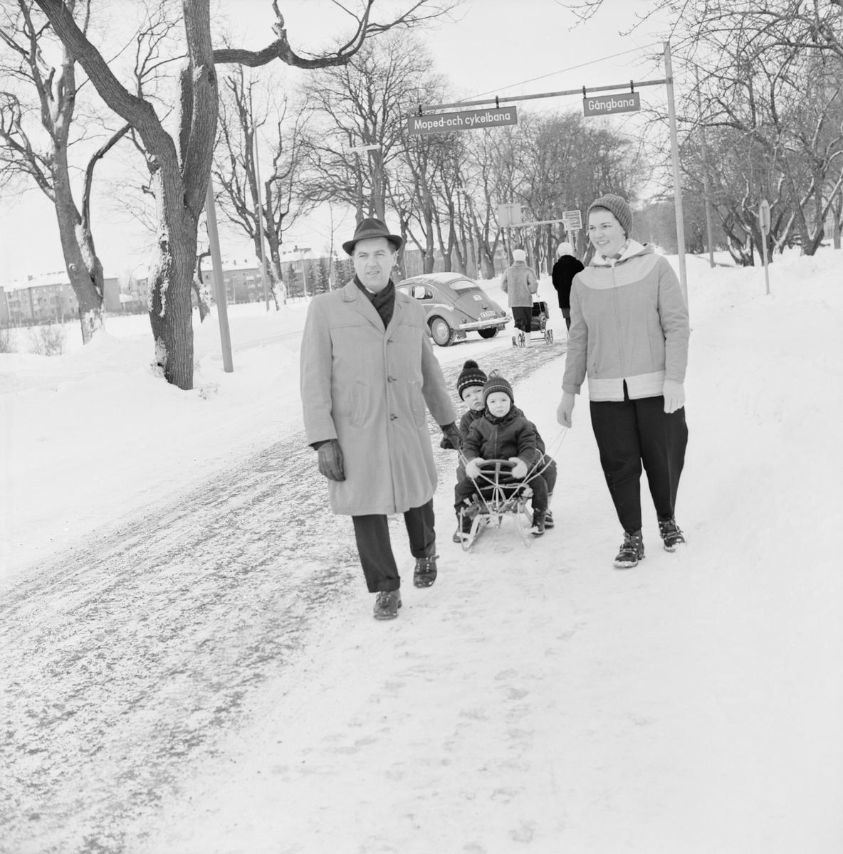 """""""Flanörsöndag i vintersolen"""", Uppsala februari 1962"""