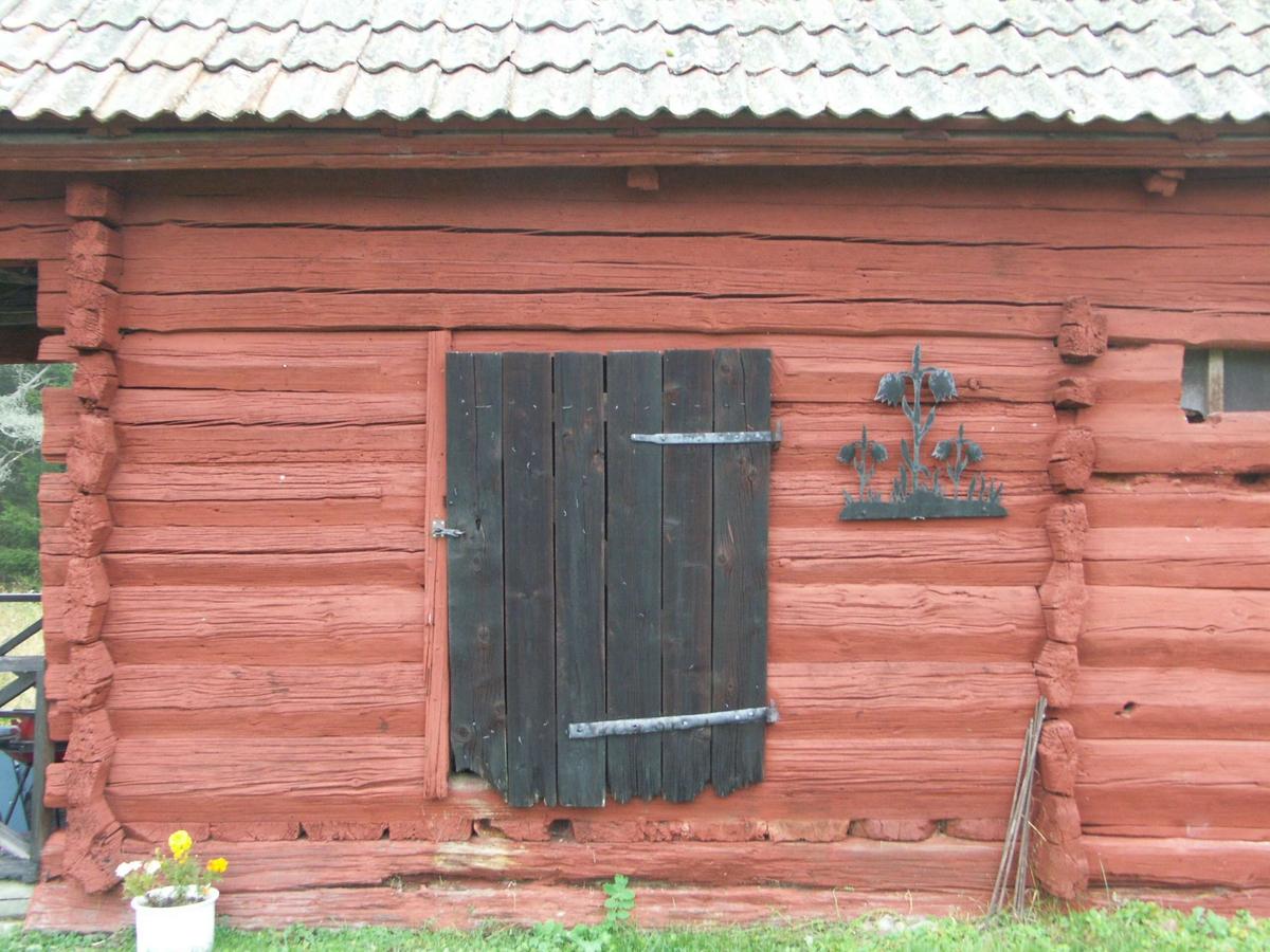 Dubbelbod med endast en dörr. Ingår i en bodlänga från 1800-talet som även innehåller bagarstuga, dräng- eller undantagsstuga samt lider.