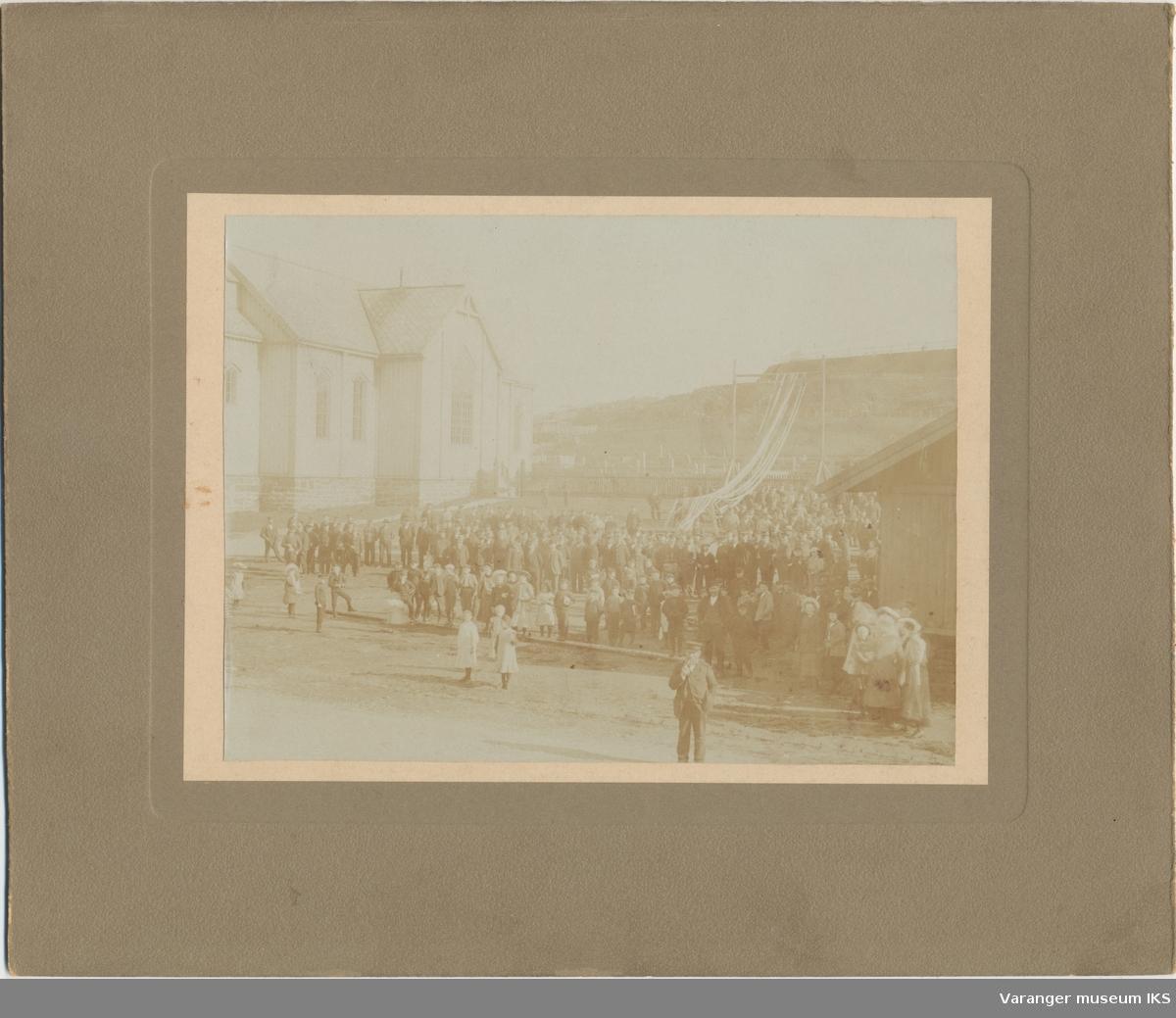 Folkemengde ved kirken, Klondyke i bakgrunnen