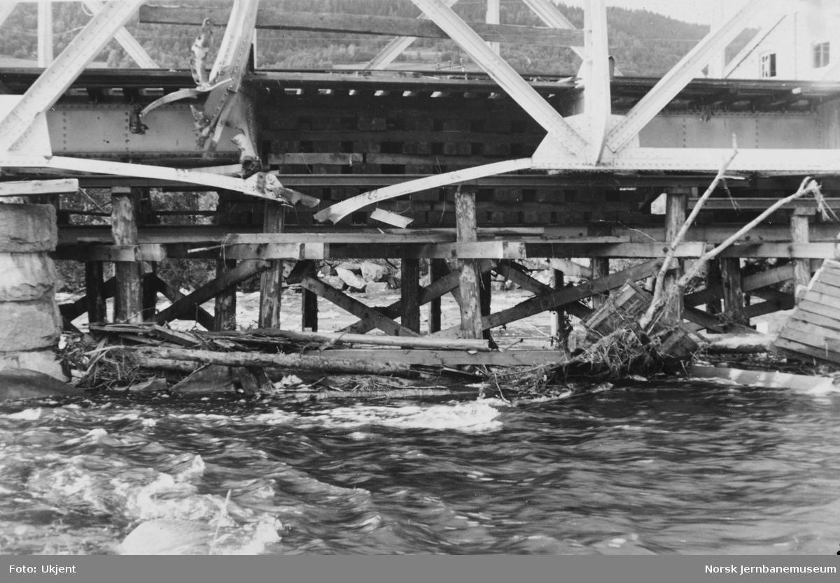 Bru over Lundesokna : krigsskader, fra h. side, søndre elvebredd