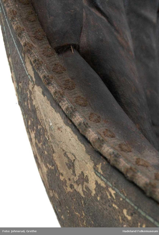 Løst sete til vogn.. Mangler pute. Polstring i rygg og på armlener. Vevd bånd, falmet, med velour. Malt dekor.
