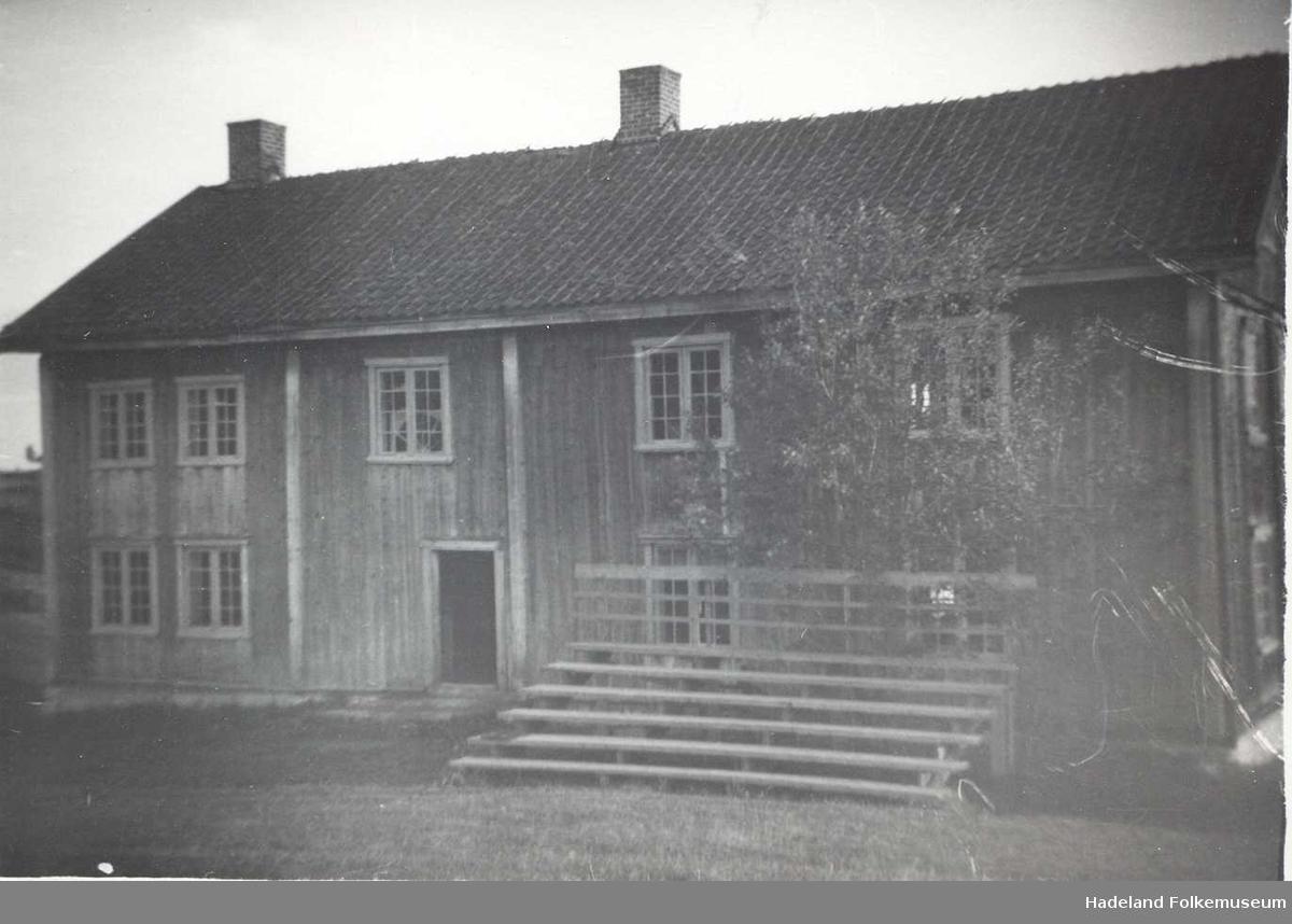 Hadeland Folkemuseum med Grinaker bygningen, Skute stua, Grimshaugen og sceneanlegg