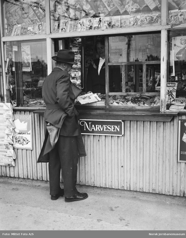 Narvesen-kiosk med kunde