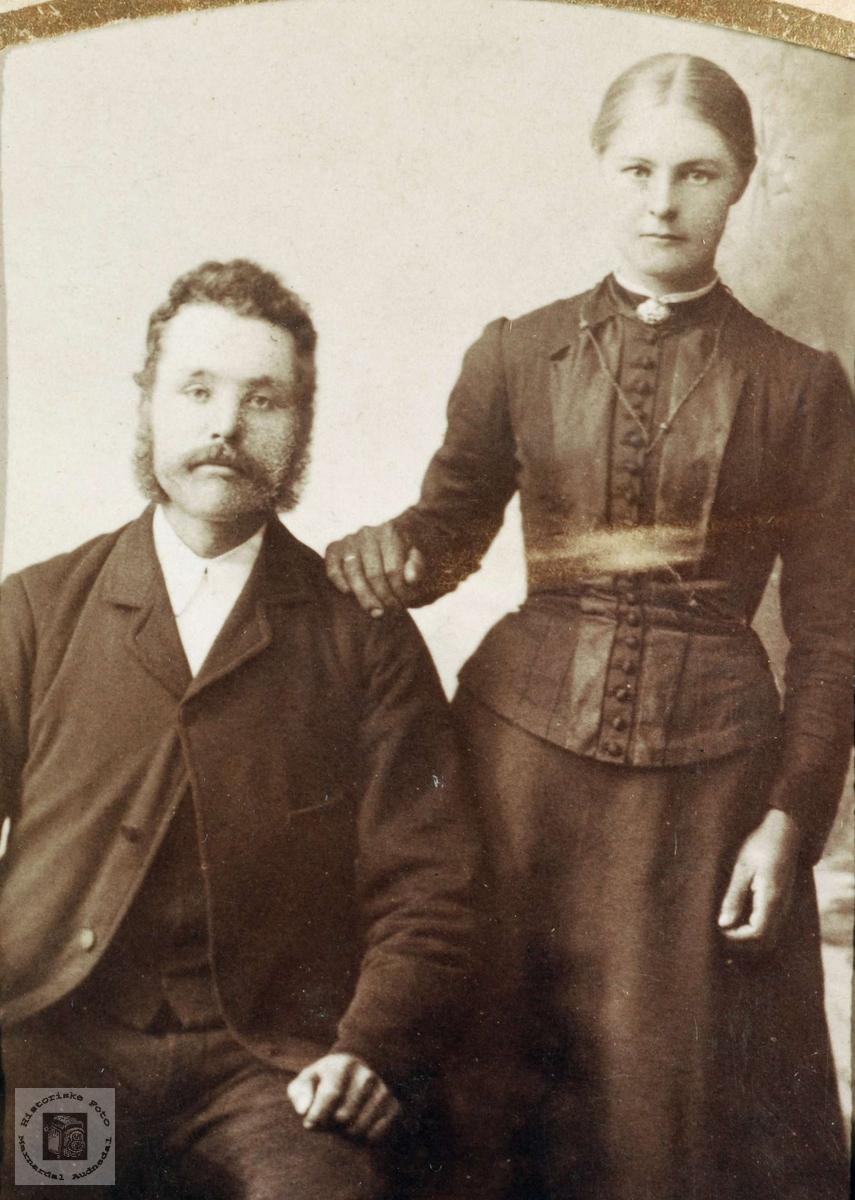 Portrett av brudeparet Tobias og Åse Tomine Haaland med røtter fra Grindheim. Bosatt: Valborgland i Landvik, Aust-Agder.