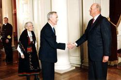 Olaf Larsen hos kong Harald for å takka for gull.