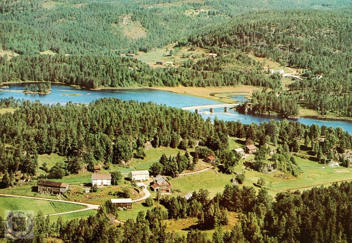Flyfoto over Sveindalsgrenda med Fuglestveit vestre og austre. Grindheim.