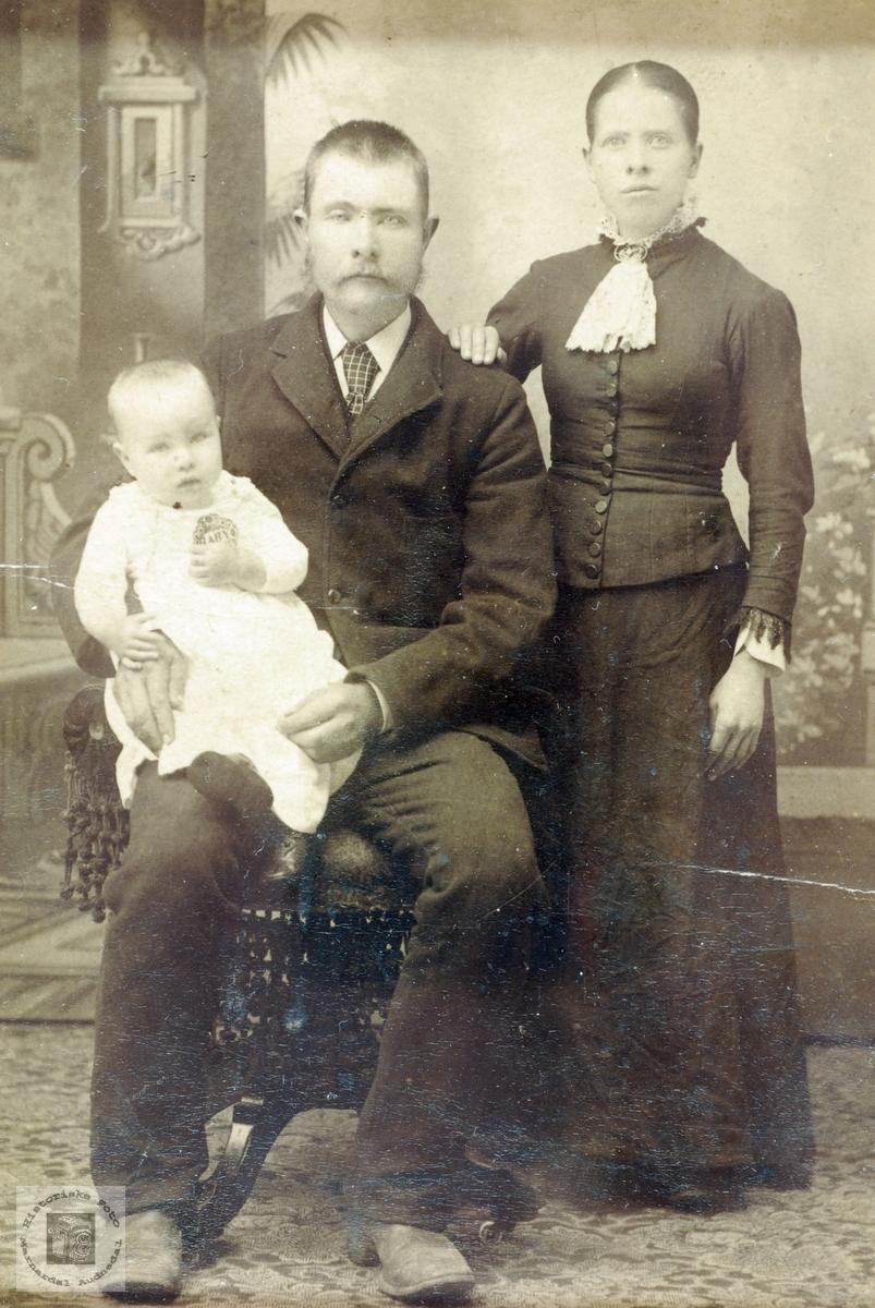 Ekteparet Jakob Olson og Tomine Håland med sitt førstefødte barn. Røtter fra Grindheim Audnedal.