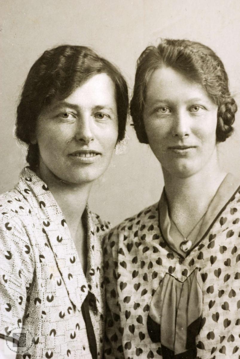 Portrett av søstrene Olga og Tomine Amalia Ågedal. Grindheim Audnedal.