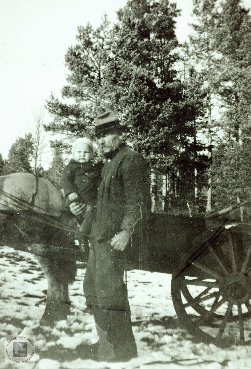 Bestefar på Flottorp med yngste barnebarn.