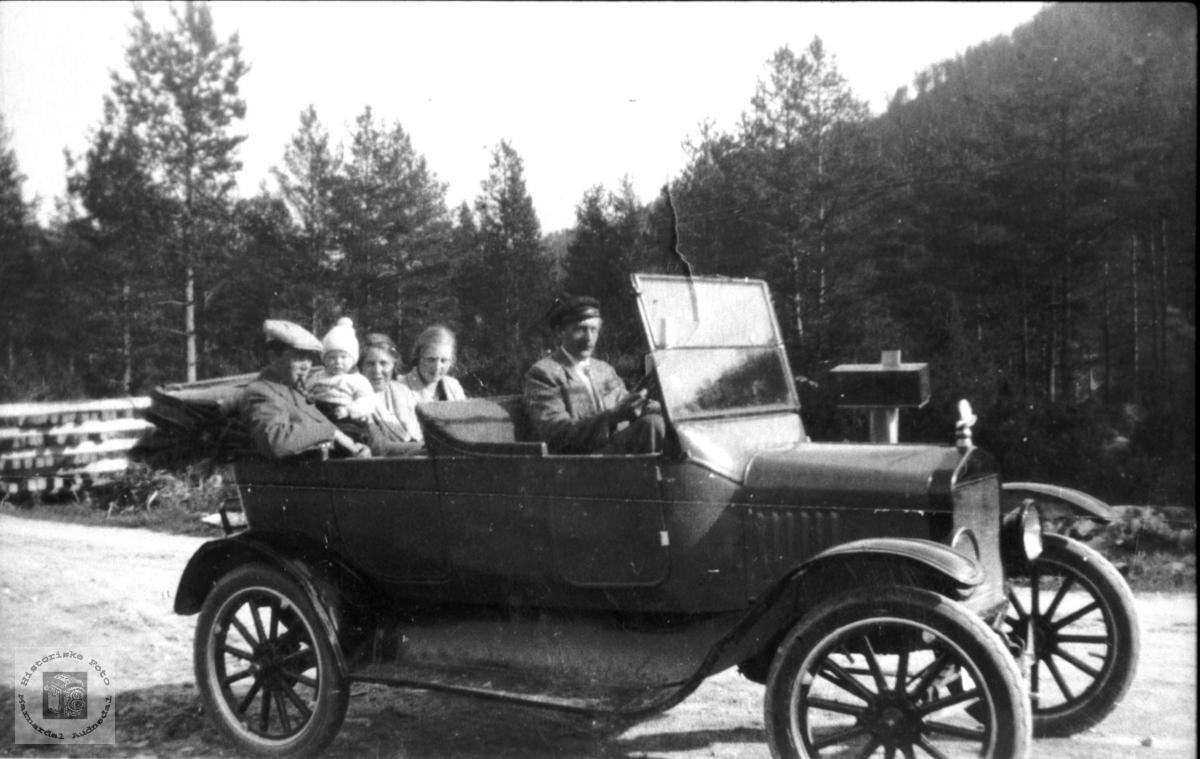 Søren B. Homme med automobilen sin. Bjelland.