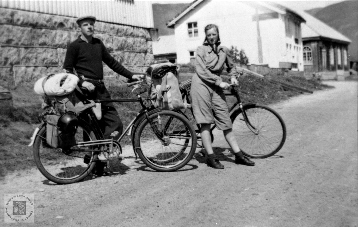 Olav og Anna Stedjan fra Bjelland på sykkeltur i Setesdalen.