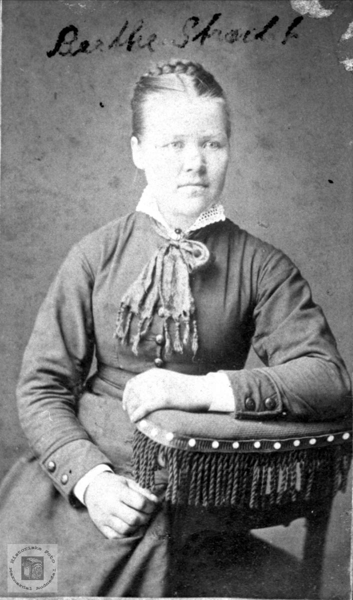 Portrett av Berte Undeland gift Strædet.