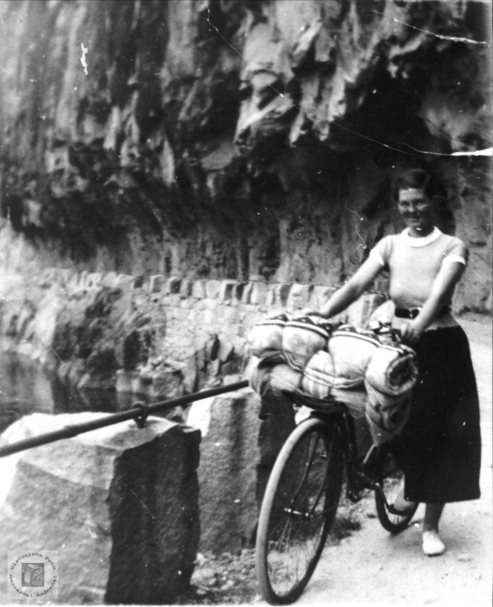 Anna Regevik, Finsland, på sykkeltur i Fånefjell.