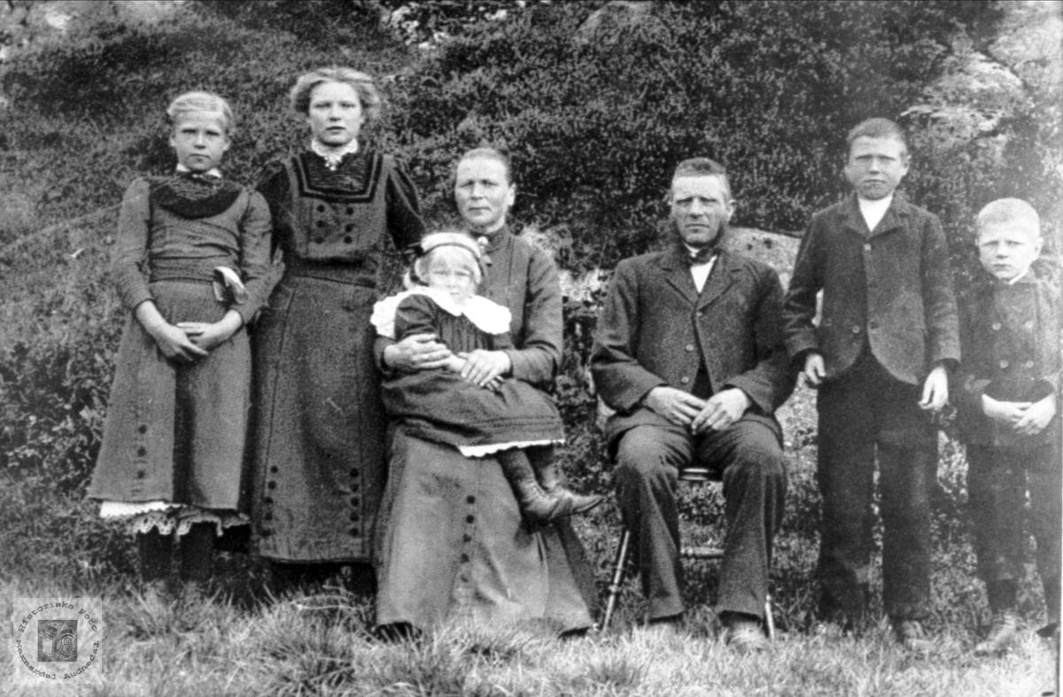 Familiebilde frå Midtbø, Bjelland.