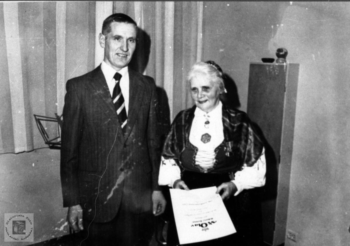 Anna Askildsdtr. Skjævesland  og ordfører Magne Haraldstad. Kongens fortjenestemedalje..