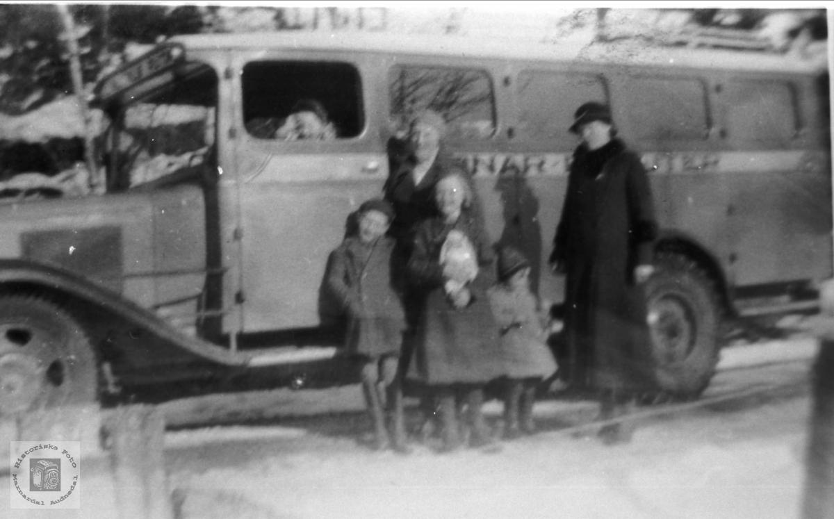 Buss fra Marnar bilrute med personer foran.
