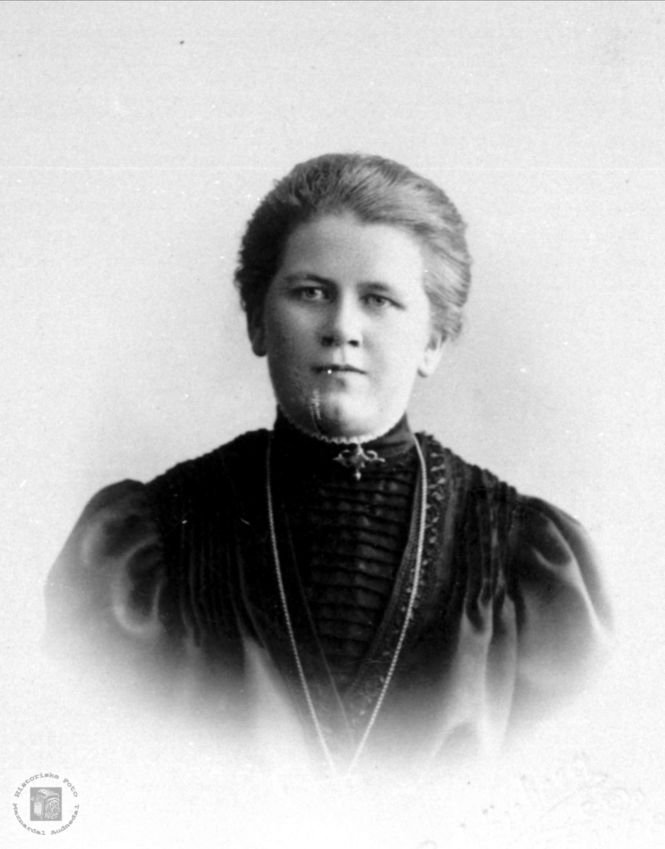 Portrett av Gurine Øyslebø, gift Skjævesland, Øyslebø.