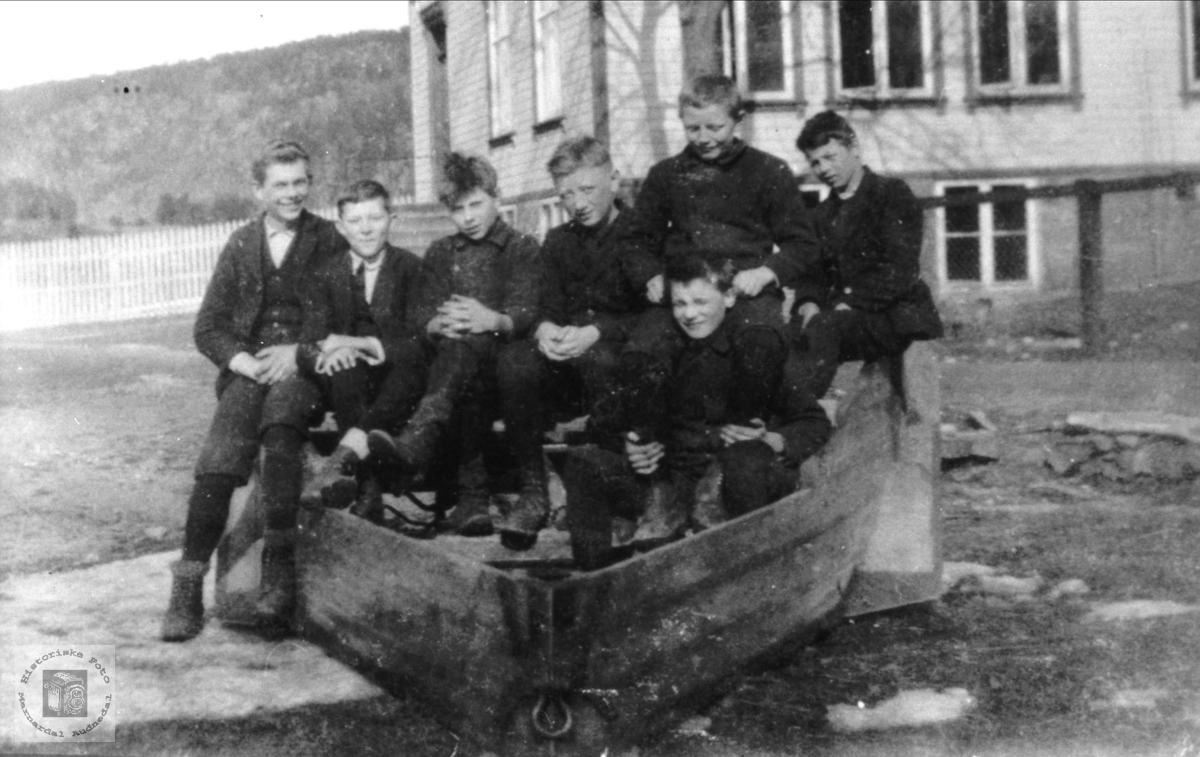 Skolegutter i brøyteplog ved Øyslebø skole.