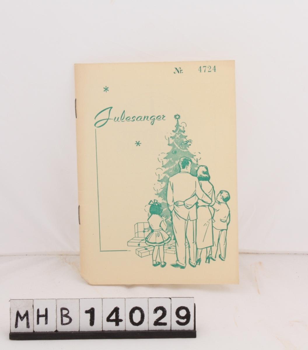 Rektangulært hefte med julesanger. På fortiden er et motiv som viser en familie ved et pyntet juletre med gaver under. Foruten sangtekster inneholder heftet en rekke lokale bedriftslogoer.