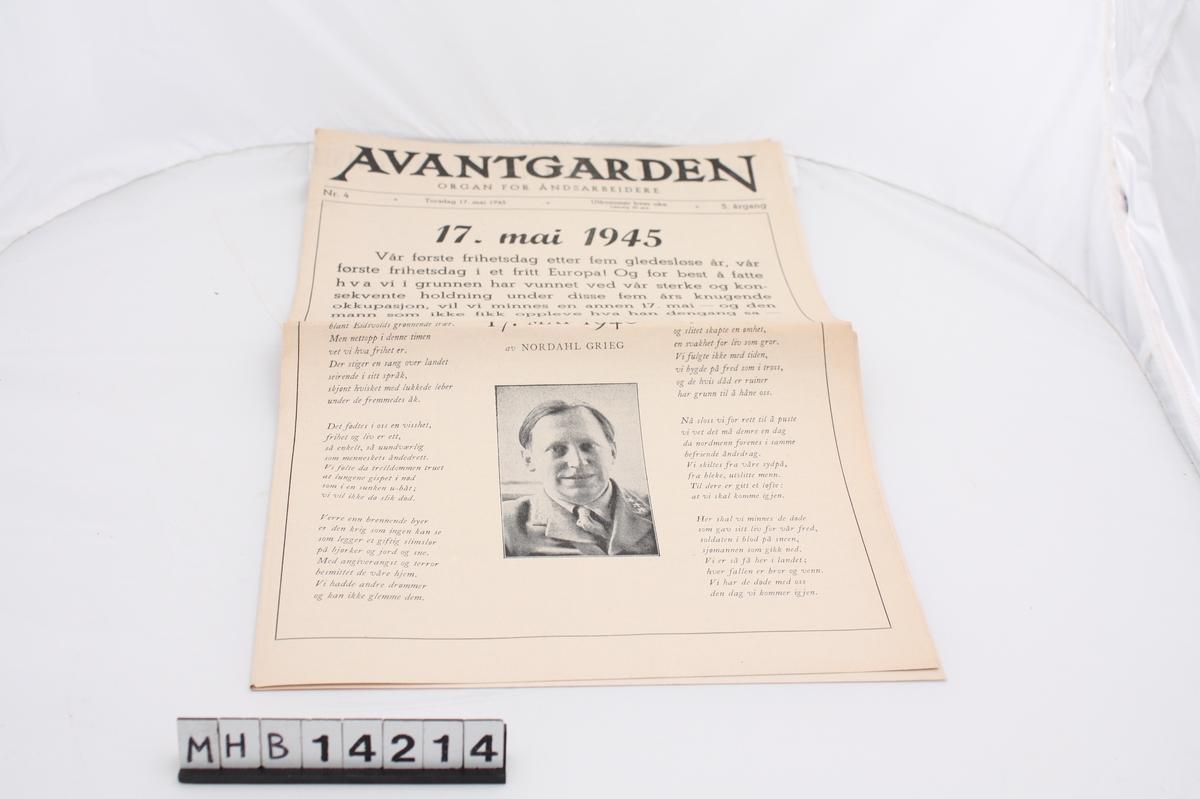 Rektangulær papiravis utgitt på nasjonaldagen ved andre verdenskrigs slutt. På forsiden er et dikt av Nordahl Grieg.