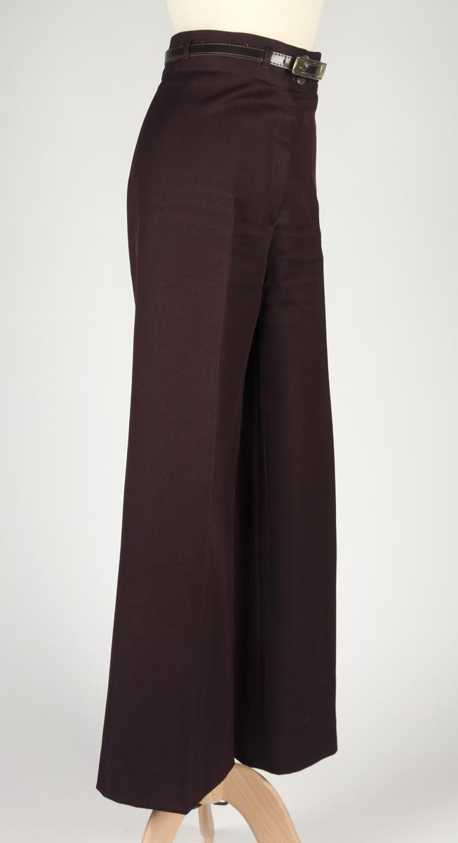 Bred linning, smale beltestropper, smalt belte, bukseben med sleng.  a: bukse b: belte
