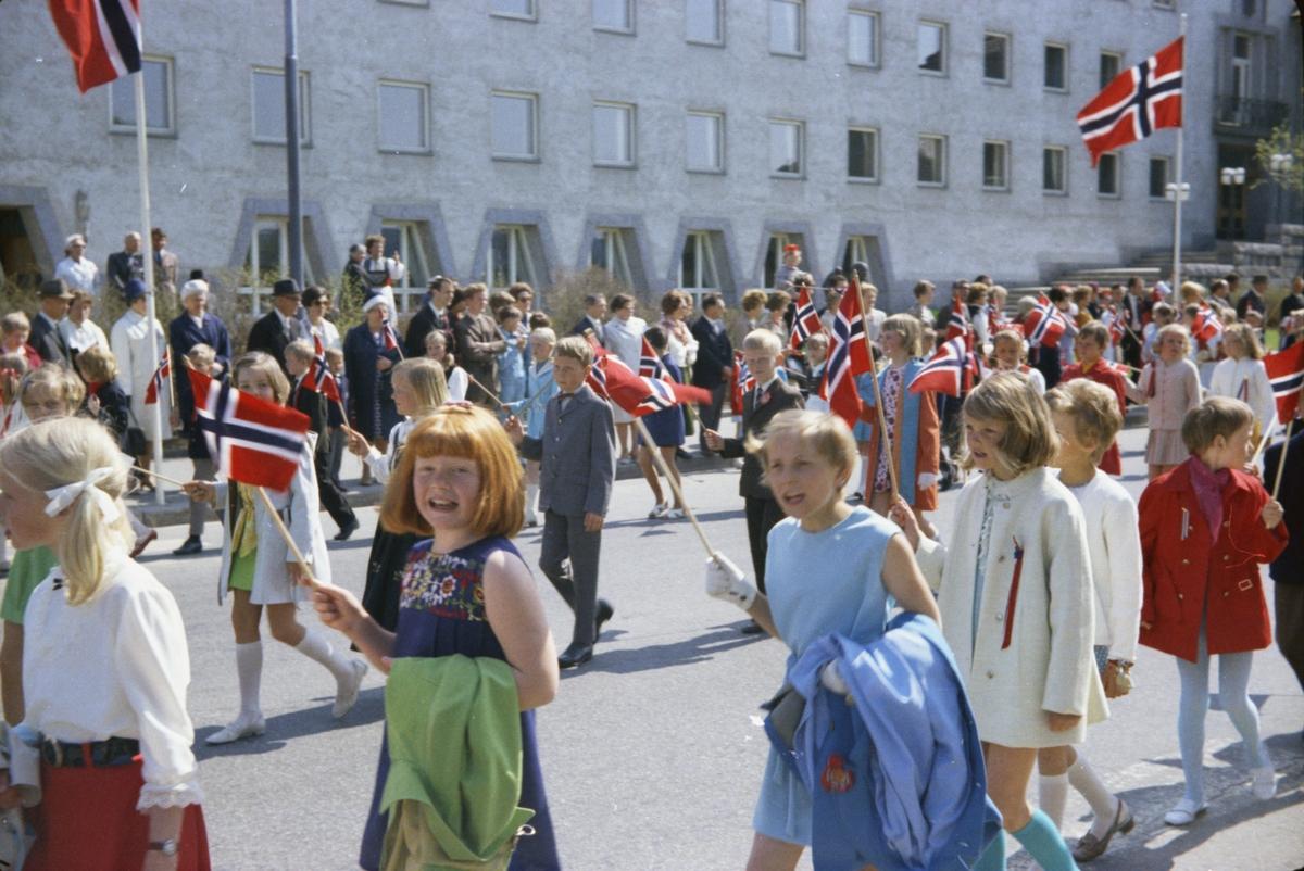 17. mai, Elverum. 1970. Ved rådhuset. Barnetog.