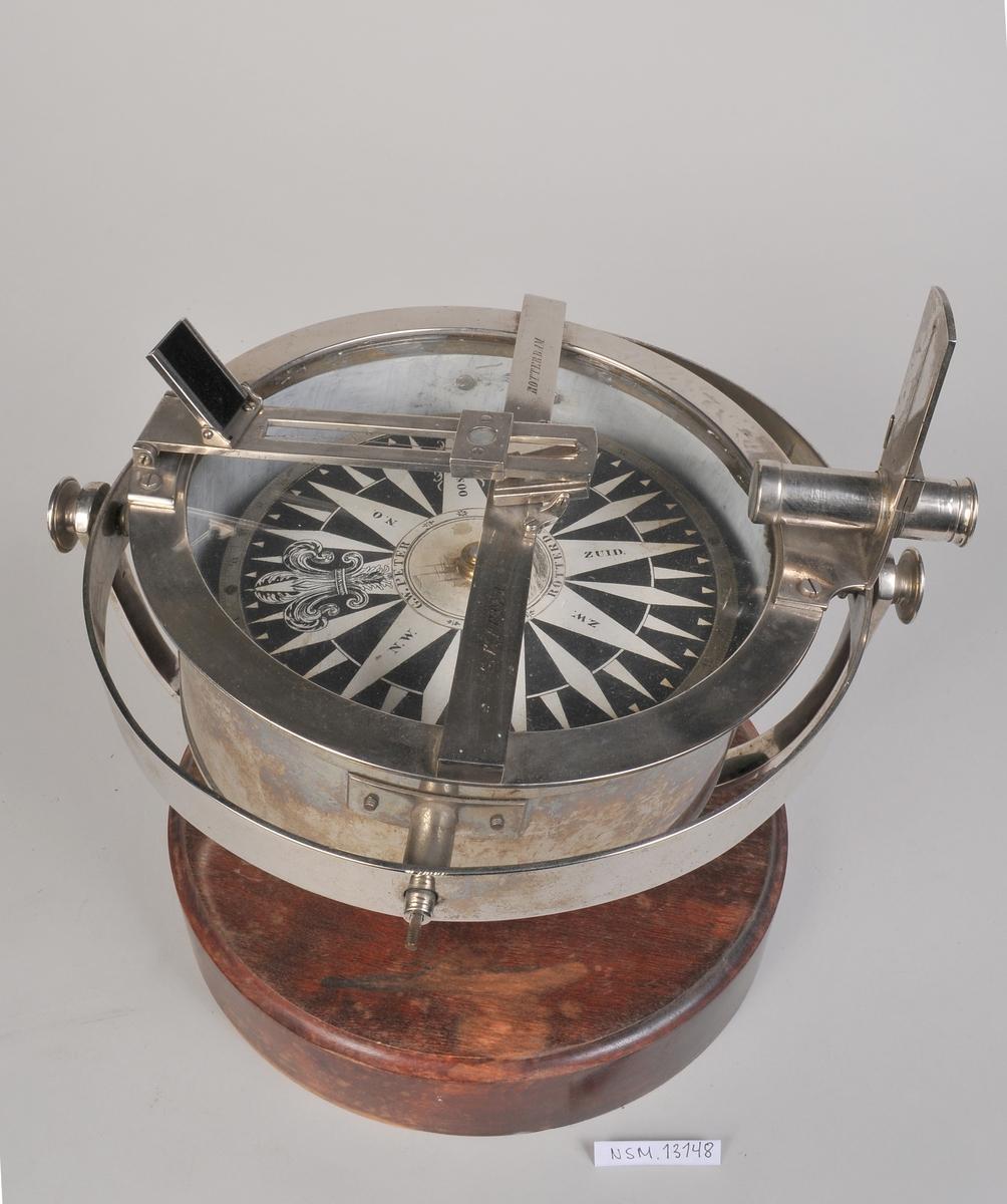 Forniklet peilekjompass med trådkors som kan felles ned.