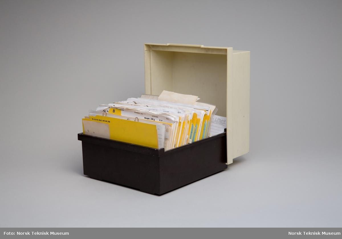 Plastboks med kartotekkort for legemidler og andre apotekprodukter, alfabetisk ordnet.