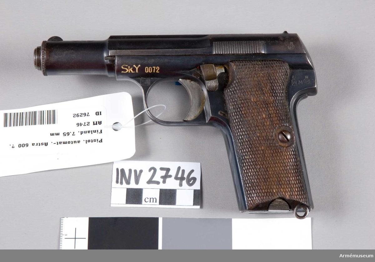 """Spansk modell som har brukats av Finska Skyddskåren under 2.a världskriget. Märkt med """"Sk.Y 0072"""" (Finlands skyddskårer) (SA Suomen Armeija).  Består av: 1 pistol, halvautomatisk, 1 magasin."""