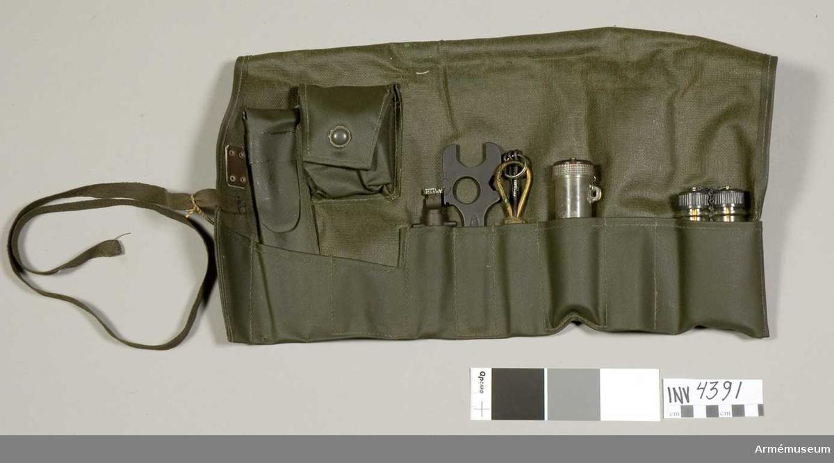 Verktygssats 2 till kulspruta m/1958 i fodral av plastväv.
